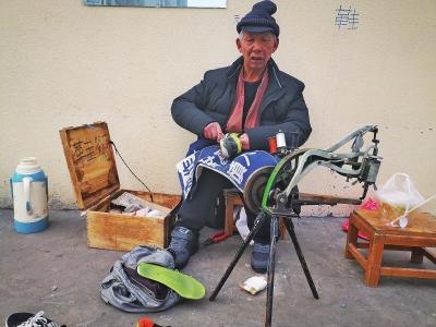 六旬修鞋老人没了落脚之处 河工大300余大学生众筹为其租房